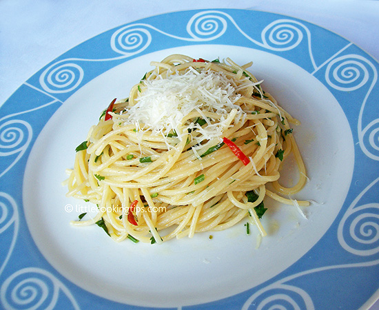 in garlic, olive oil and hot pepper sauce (Spaghetti Aglio Olio e ...