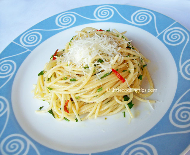 Spaghetti in garlic, olive oil and hot pepper (Spaghetti Aglio Olio e Peperoncino)