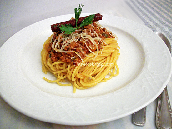 devine Spaghetti with Ground Beef (in Bolognese style sauce ...