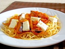 Spaghetti with eggplants, bell peppers and feta